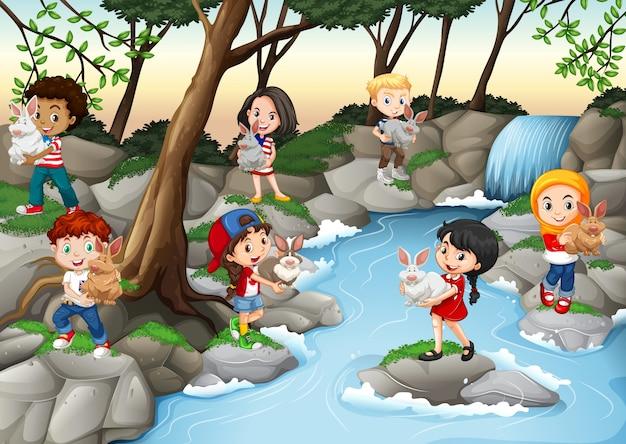 Enfants s'amusant à la cascade