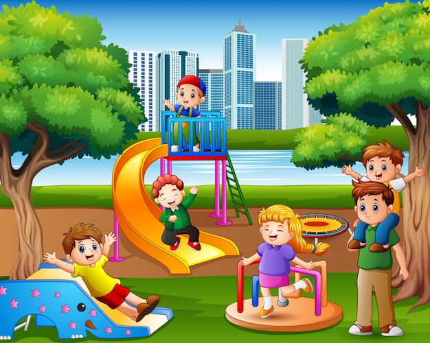 Enfants s'amusant en famille dans l'aire de jeu