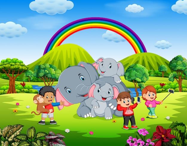 Enfants s'amusant photo selfie avec éléphant dans la belle nature
