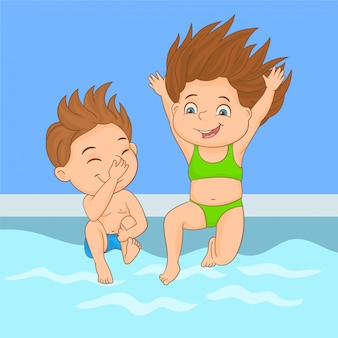 Enfants sautant dans la piscine