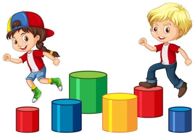 Les enfants sautent sur le bloc