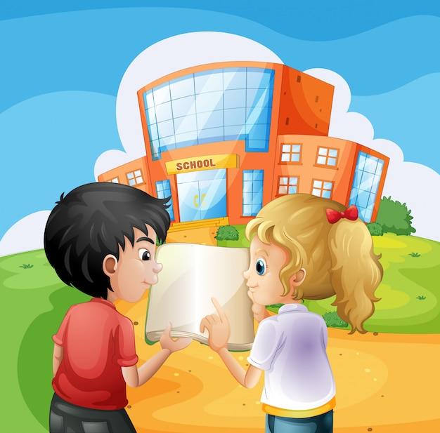 Enfants se disputant devant le bâtiment de l'école