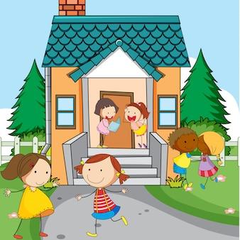 Enfants simples en face de la maison