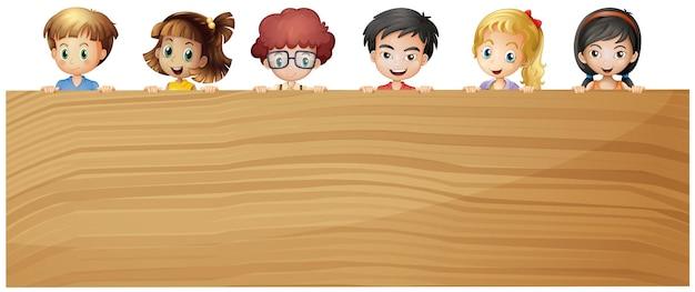 Enfants tenant du contreplaqué en bois