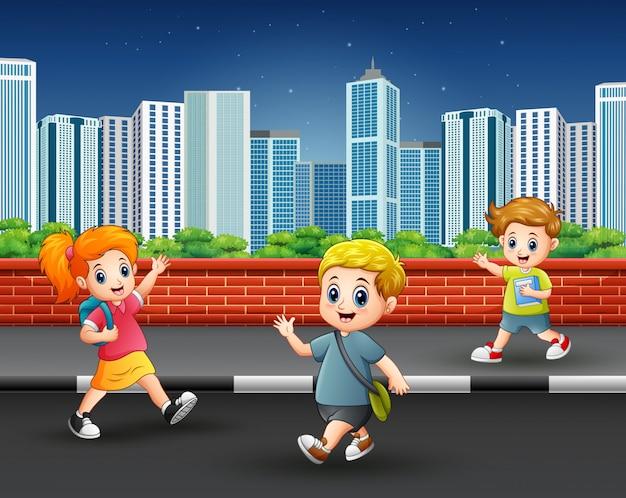 Enfants traînant sur le trottoir