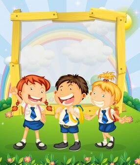 Enfants en uniforme scolaire, debout sur le parc