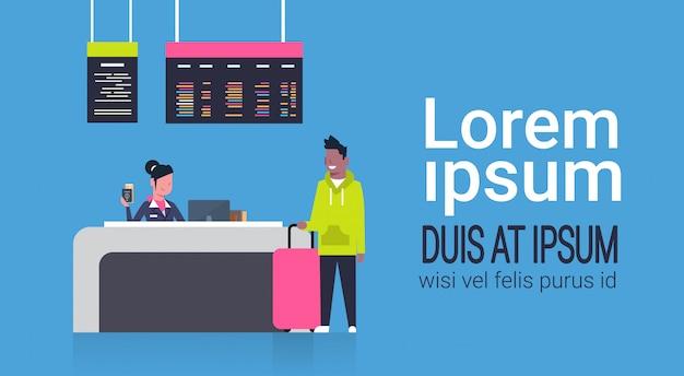 Enregistrement à l'aéroport avec un travailleur sur le comptoir et un passager afro-américain avec bagages, concept du tableau des départs