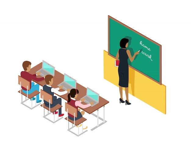 Enseignant écrit sur le tableau noir et les élèves aux bureaux