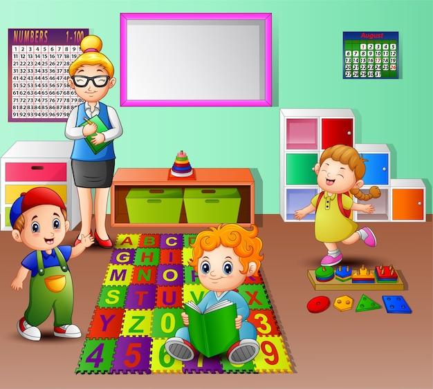 Enseignant et élève dans la classe de maternelle