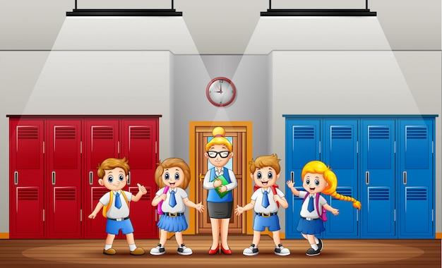 Enseignant et élève devant la classe