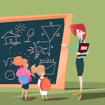 Enseignant avec les élèves au cours de la classe scolaire