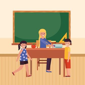 Enseignant avec les élèves et les devoirs