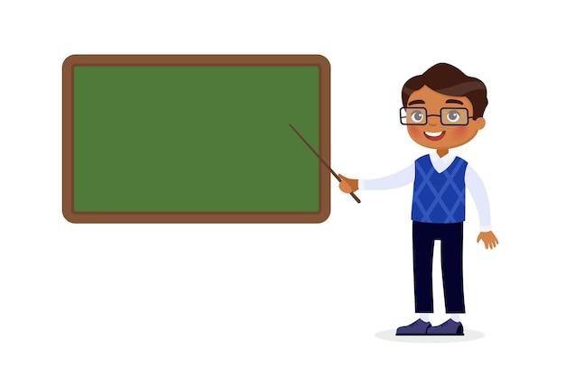 Enseignant indien debout près du tableau noir tuteur souriant pointant sur un tableau blanc