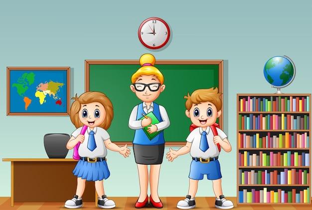 Enseignante de dessin animé et les élèves en uniforme scolaire en salle de classe