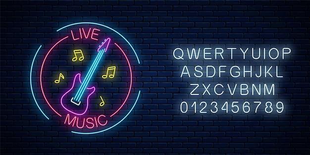Enseigne au néon de bar avec musique live avec alphabet sur fond de mur de briques. panneau publicitaire lumineux du café sonore avec guitare électrique et symboles de notes de musique. illustration vectorielle.