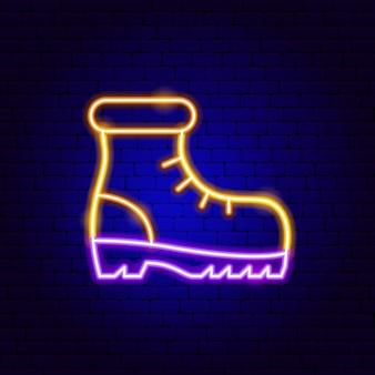 Enseigne au néon de chaussure de randonnée. illustration vectorielle de la promotion de la chaussure.