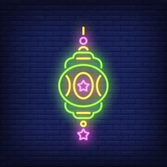 Enseigne au néon lanterne décorée. belle lampe ornée sur fond de mur de brique sombre.