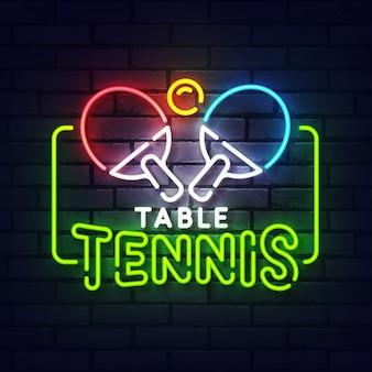 Enseigne au néon de ping-pong. enseigne lumineuse néon rougeoyante de tennis de table. signe de ping-pong avec néons colorés isolés sur mur de briques.