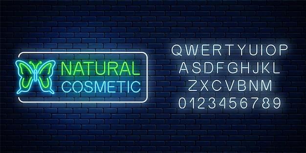 Enseigne au néon de production cosmétique naturelle avec papillon et alphabet. symbole lumineux de produits de cosmétologie biologique.