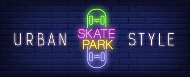 Enseigne au néon skate park de style urbain. inscription colorée sur skateboard sur le mur de brique sombre.