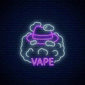 Enseigne au néon de vape shop ou club sur fond de mur de briques sombres. enseigne au néon rougeoyante avec chapeau d'homme dans la fumée de vape. symbole de la boutique de vapotage.