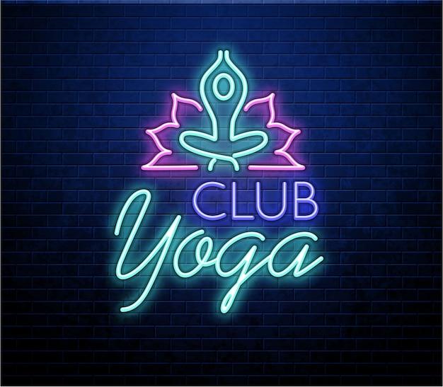 Enseigne au néon d'yoga isolé sur le mur de briques