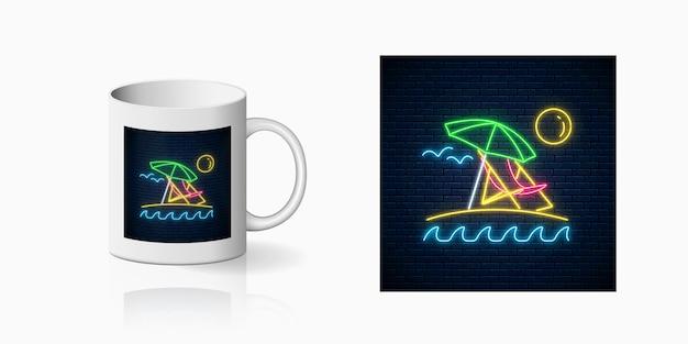 Enseigne d'été au néon avec parasol, soleil, chaise longue pour la conception de la tasse. symbole d'été brillant, conception sur tasse