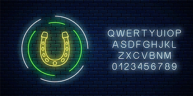 Enseigne lumineuse au néon avec fer à cheval dans un cadre circulaire avec alphabet sur fond de mur de briques sombres. emblème de fer à cheval dans le style néon pour la chance. illustration vectorielle.