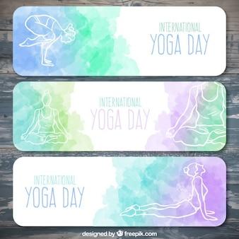 Ensemble de l'aquarelle yoga bannières jour avec des poses dessinés à la main