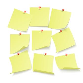 Ensemble d'autocollants de bureau jaunes avec un espace pour le texte attaché par des neeples au mur. isolé sur fond blanc