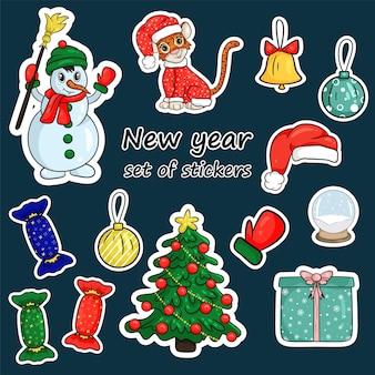 Ensemble d'autocollants de noël, tigre, symbole du nouvel an chinois, bonhomme de neige, arbre de noël, cadeaux. joyeux noel et bonne année. style de dessin animé illustration vectorielle