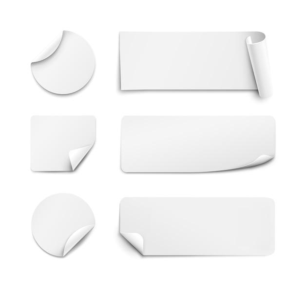Ensemble d'autocollants en papier blanc sur fond blanc. rond, carré, rectangulaire.