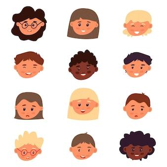 Ensemble d'avatar enfantin. garçons et filles sur fond blanc. variété d'émotions et d'humeurs. courses diverses. modèle isolé pour la conception et la créativité. illustration vectorielle, plate.