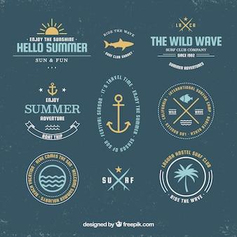 Ensemble de badges d'été avec des éléments de la plage dans un style dessiné à la main