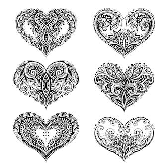 Ensemble de beaux coeurs dessinés à la main dans un style zentangle