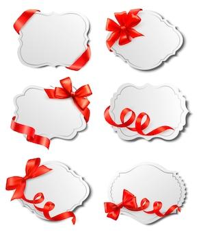 Ensemble de belles cartes avec des arcs de cadeau rouge avec des rubans