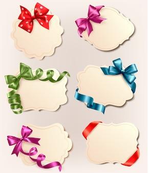 Ensemble de belles étiquettes rétro avec des arcs de cadeaux colorés avec des rubans