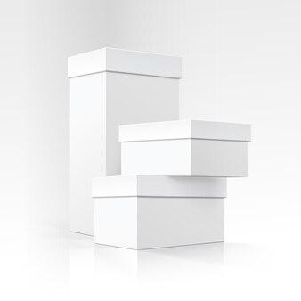 Ensemble de boîtes en carton blanc de différentes tailles isolés
