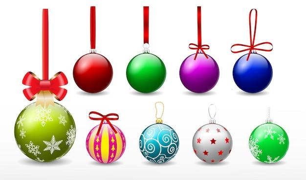 Ensemble de boules de noël rouges réalistes suspendues isolées ou décoratives de boules de noël de différentes couleurs