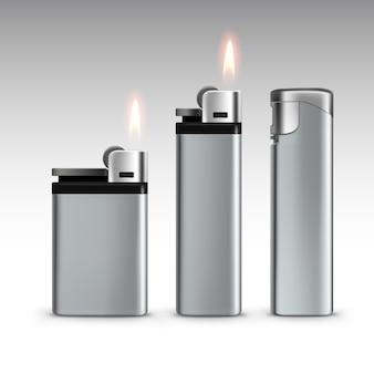 Ensemble de briquets en métal blanc avec flamme close up isolé sur blanc
