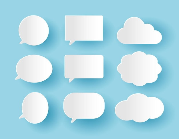 Ensemble de bulles de communication dans le style de papier découpé sur le fond bleu