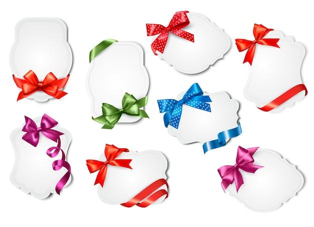 Ensemble de cartes-cadeaux avec des nœuds cadeaux colorés avec des rubans