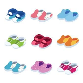 Ensemble de clip-art isométrique de chaussures bébé isolé.