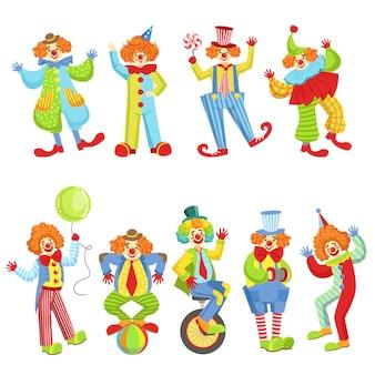 Ensemble de clowns sympathiques colorés dans des tenues classiques