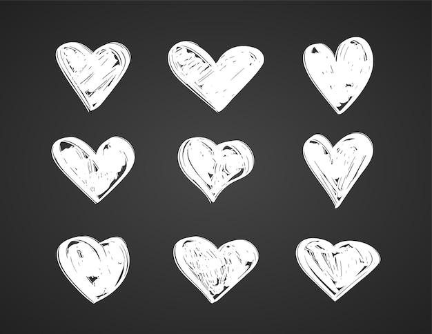Ensemble de coeurs dessinés à la main sur tableau noir