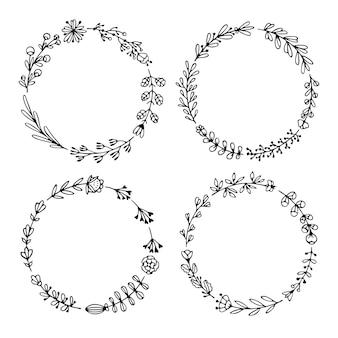 Ensemble de couronnes dessinées à la main noires isolées sur blanc