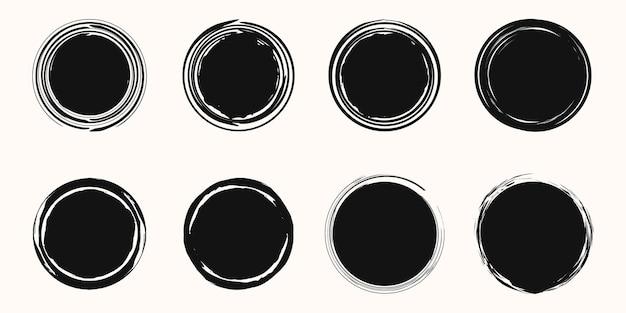 Ensemble de croquis grunge de cercle. griffonnage de brosse de vecteur noir. stylo rond dessiné à la main, effet crayon.
