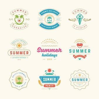 Ensemble de design rétro d'étiquettes et de badges de vacances d'été. modèles de cartes de vœux, d'affiches et de conception de vêtements. logos de vacances à la plage avec palmiers et illustrations vectorielles d'icônes de soleil.