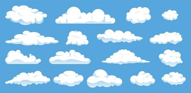Ensemble de différents nuages de dessin animé isolés sur ciel bleu.