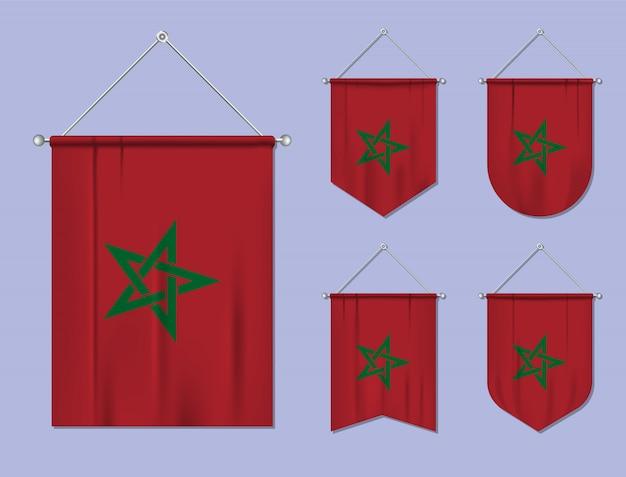 Ensemble de drapeaux suspendus maroc avec texture textile. formes de diversité du pays du pavillon national. fanion de modèle vertical